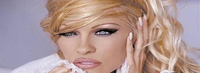 Κολάζει η 53χρονη Pamela Anderson – Στο κρεβάτι ποζάρει τόπλες